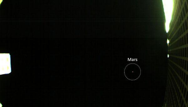 Фотография Марса (обведен пунктирным кругом), полученная одним из зондов MarCO