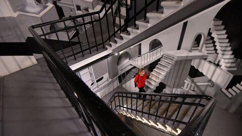 Женщина поднимается по лестнице.