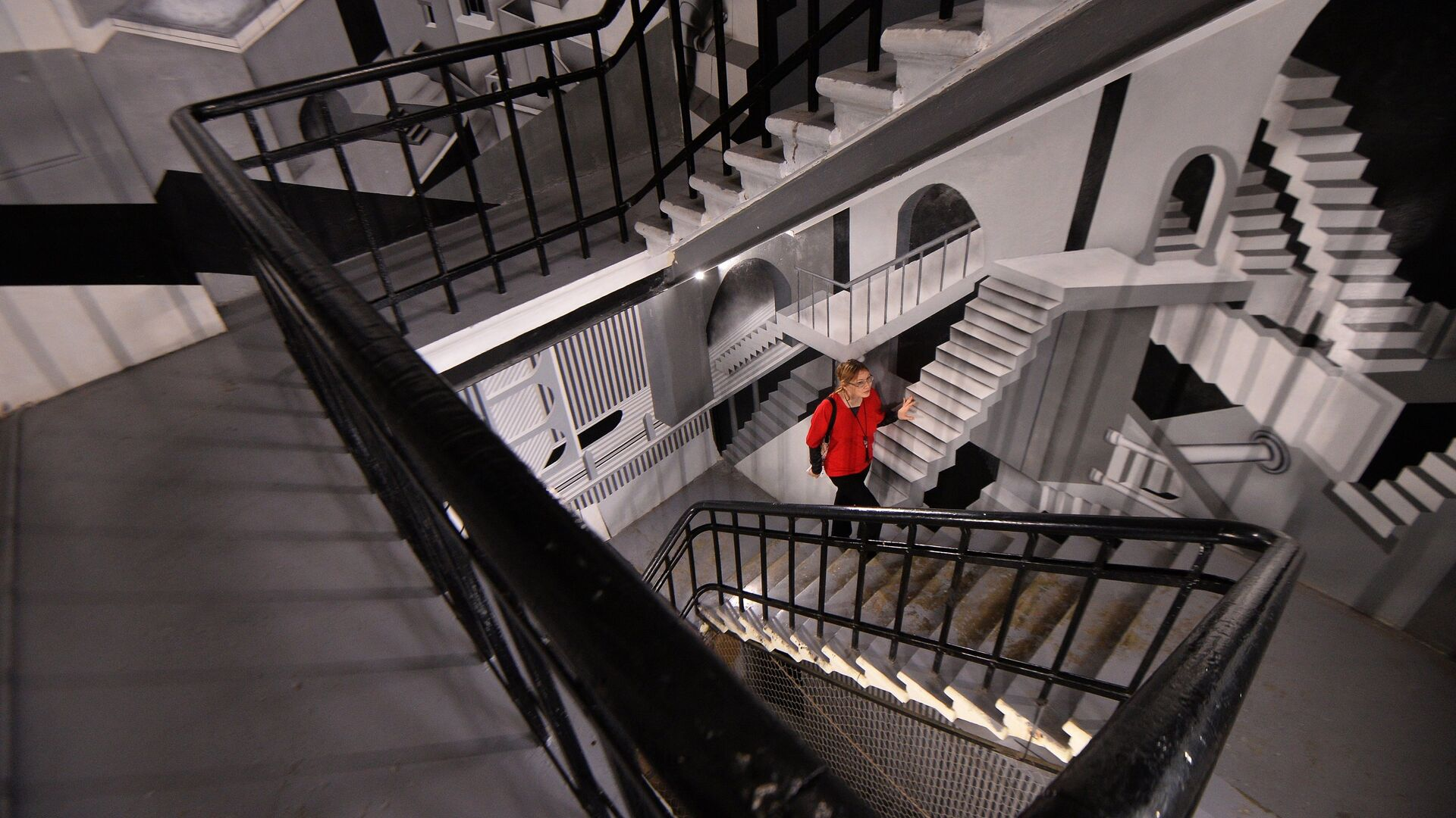 Женщина поднимается по лестнице. - РИА Новости, 1920, 17.03.2021