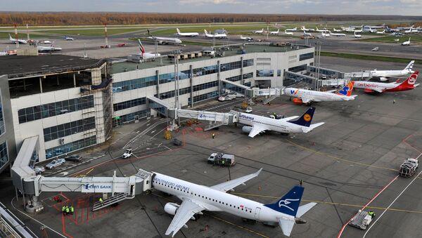 Самолеты на стоянке в аэропорту. Архивное фото