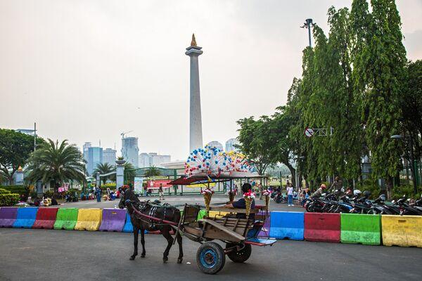 Национальный памятник Монас на площади Мердека в Джакарте