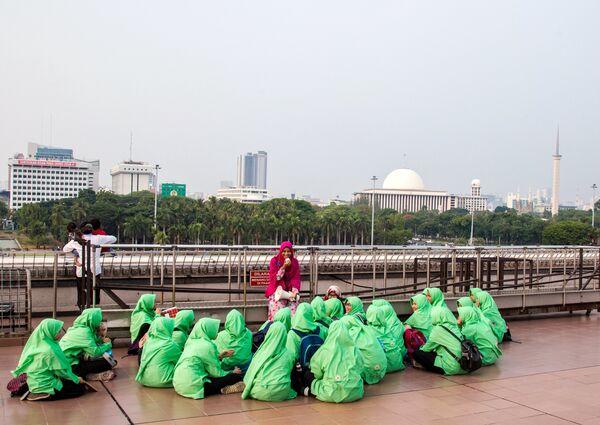 Группа девушек в центре столицы Индонезии Джакарте