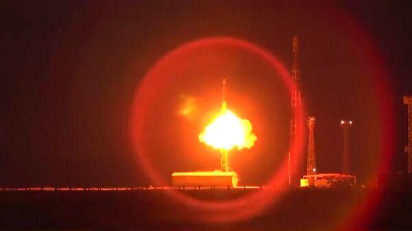 Запуск межконтинентальной баллистической ракеты РС-12М Тополь
