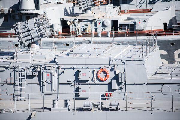 Реактивный бомбомет РБУ-6000 и установка вертикального пуска ракет Калибр-НК на фрегате Адмирал Макаров