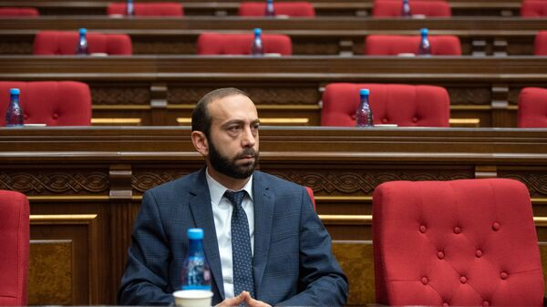 Исполняющий обязанности первого вице-премьера Арарат Мирзоян во время парламентских слушаний