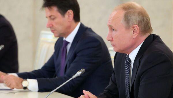 Президент РФ Владимир Путин и премьер-министр Италии Джузеппе Конте во время встречи с представителями итальянских деловых кругов в Кремле. 24 октября 2018