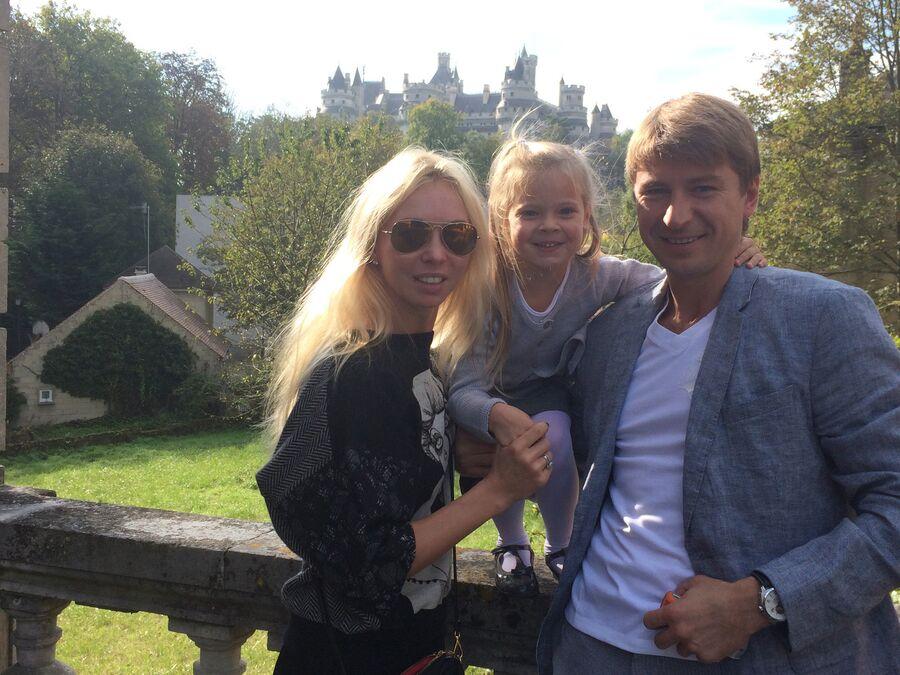 С супругой Татьяной Тотьмяниной и старшей дочерью Лизой, около своего дома под Парижем. Пьерфон