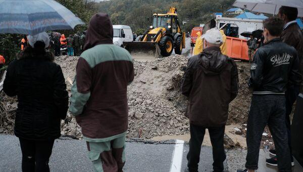 Аварийно-восстановительные работы на автодорожном мосту через реку Цыпка, разрушенном в результате аномального паводка на территории Краснодарского края. Архивное фото