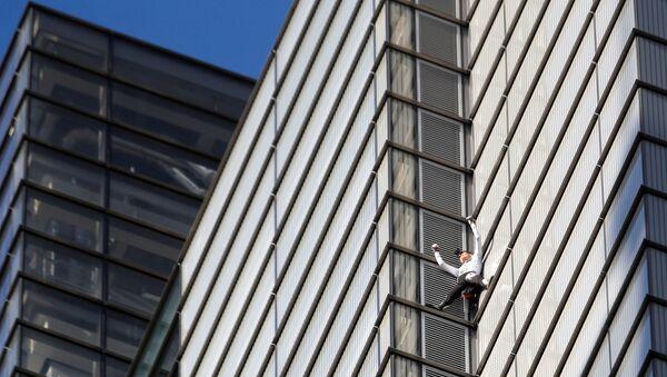 Французский скалолаз Ален Робер, известный по прозвищу Человек-паук, подбирается к вершине небоскреба Heron Tower в деловй части Лондона. 25 октября 2018