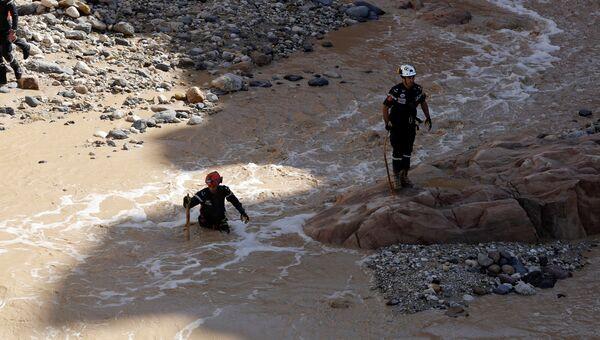 Специалисты Гражданской обороны ищут выживших после размыва местности близ мертвого моря в результате дождей, Иордания. 26 октября 2018