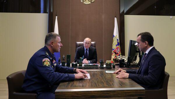 Владимир Путин, министр по делам гражданской обороны Евгений Зиничев и губернатор Краснодарского края Вениамин Кондратьев во время встречи. 27 октября 2018