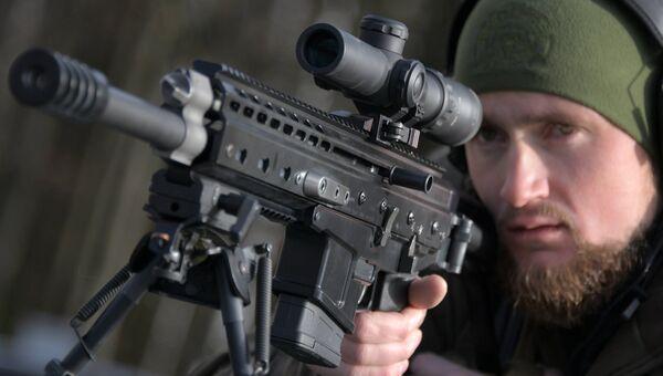 Стрелок-испытатель вооружений Дмитрий Кузнецов с cамозарядным карабином ORSIS K15
