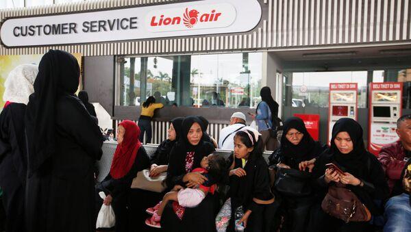 Пассажиры около стойки Lion Air в Международном аэропорту Сукарно-Хатта около Джакарты, Индонезия. 29 октября 2018