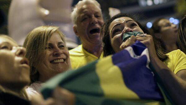 Сторонники Жаира Болсонару радуются его победе во втором туре выборов президента Бразилии. Архивное фото