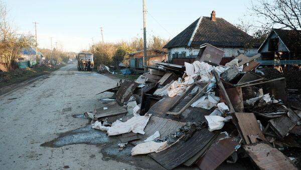 Улица пострадавшей от наводнения станицы Кабардинская. Архивное фото