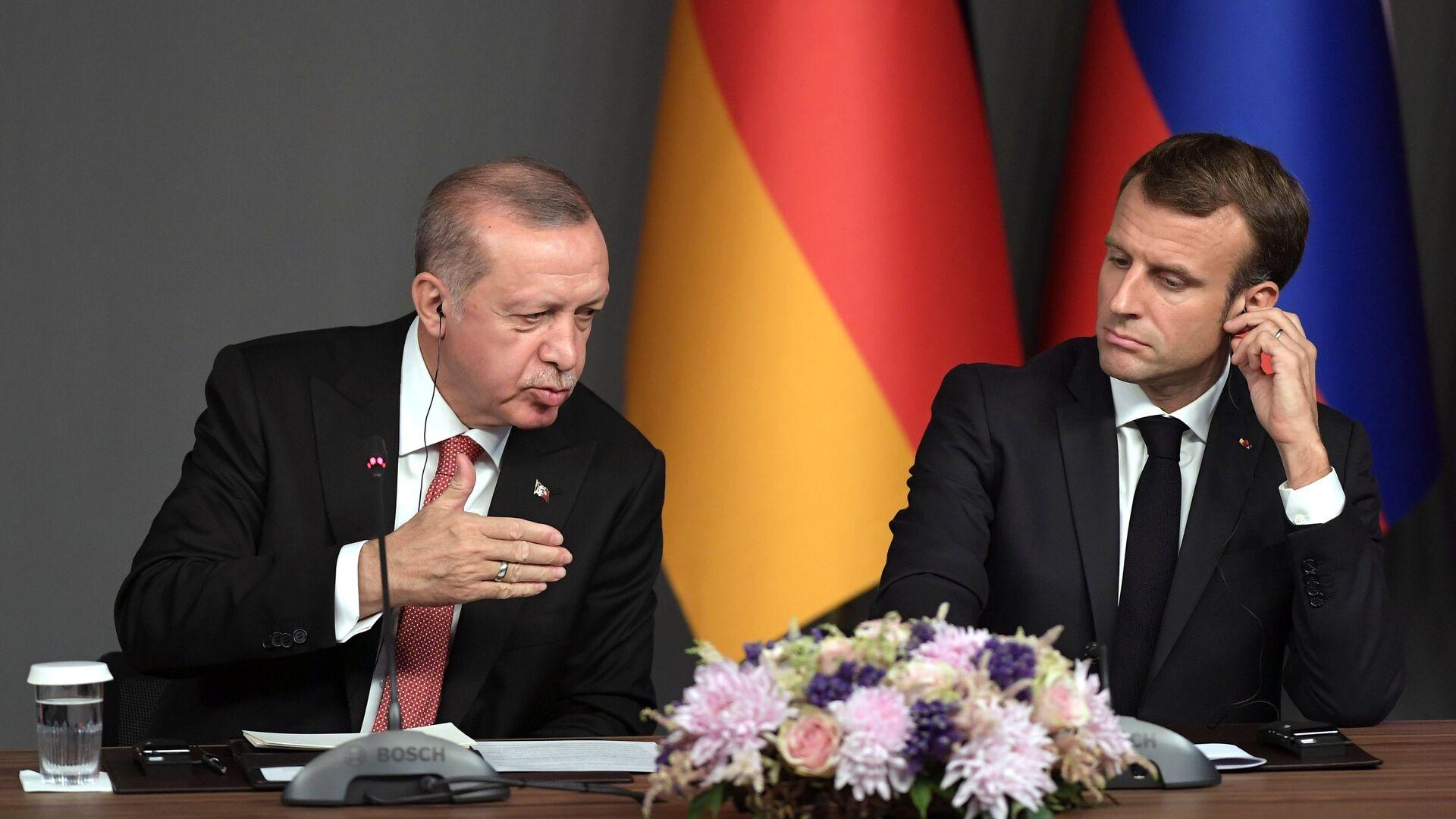 Президент Турции Реджеп Тайип Эрдоган и президент Франции Эммануэль Макрон на пресс-конференции по итогам саммита по Сирии. 27 октября 2018  - РИА Новости, 1920, 26.10.2020
