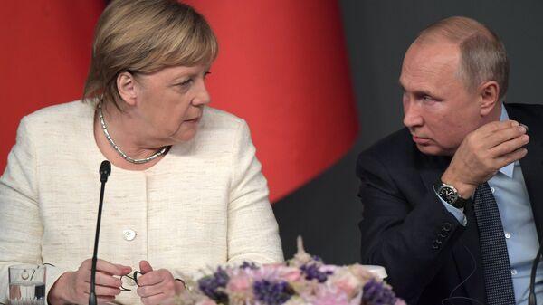 Канцлер Германии Ангела Меркель, президент России Владимир Путин на пресс-конференции по итогам саммита по Сирии. 27 октября 2018