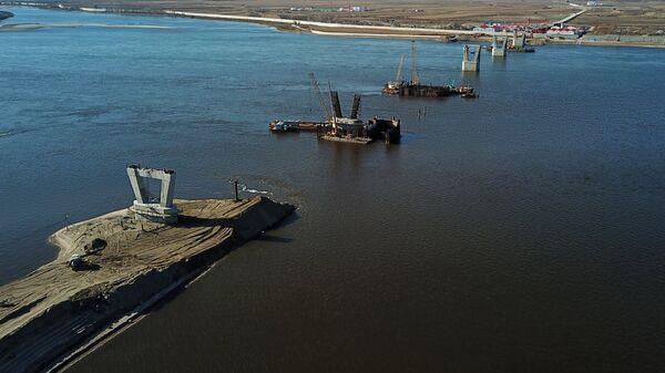 Опоры строящегося моста между российским городом Благовещенск и китайским городом Хэйхэ на реке Аму