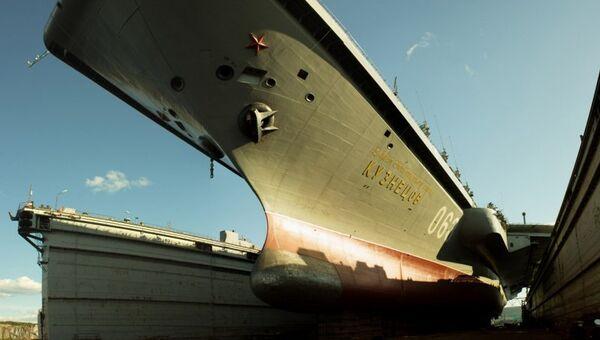 Тяжелый авианесущий крейсер Северного флота Адмирал Кузнецов в плавучем доке на 82-м судоремонтном заводе. Архивное фото