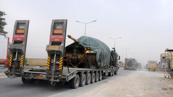Колонна турецкой военной техники двигается по направлению к сирийской границе