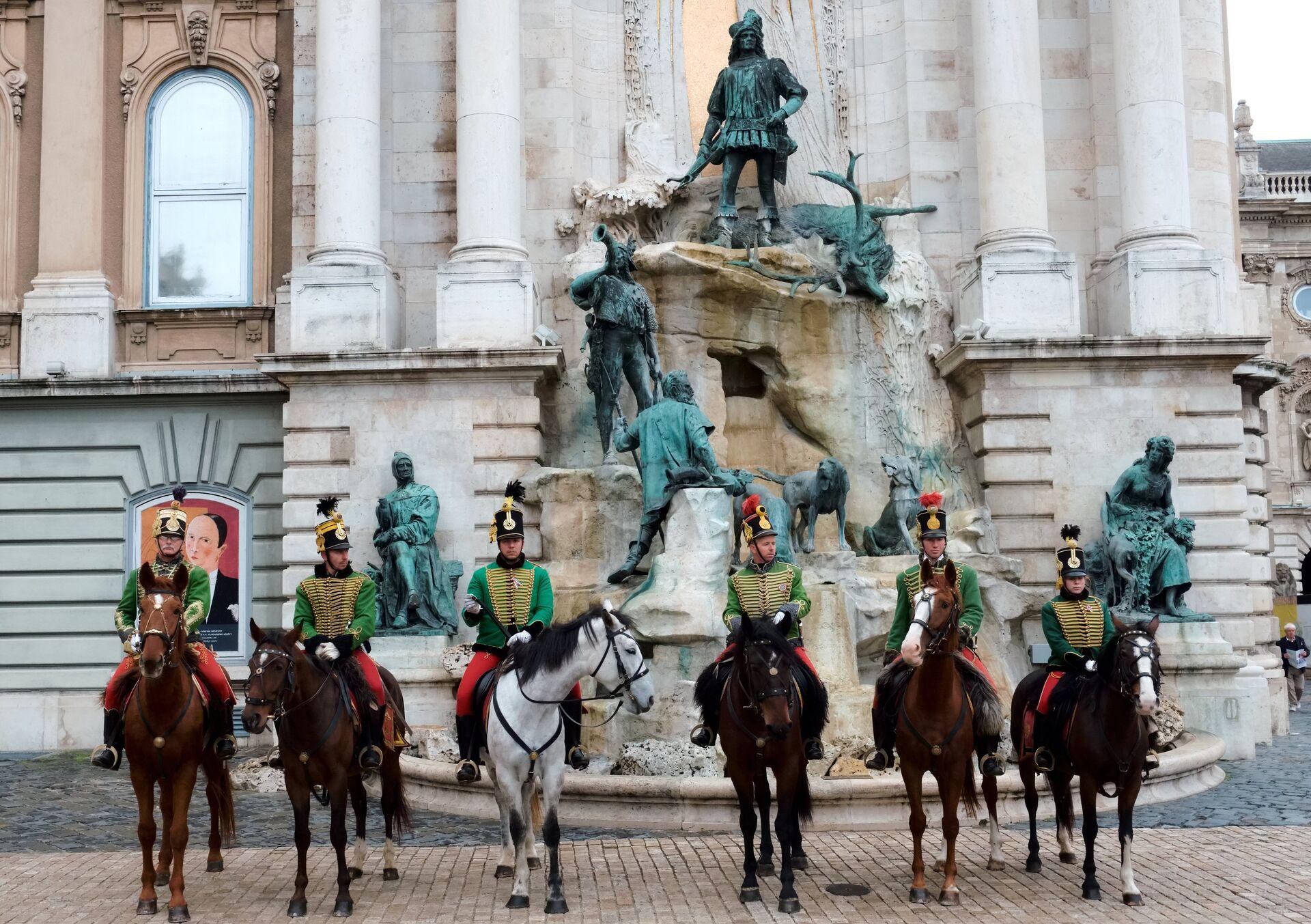 Королевские гвардейцы возле фонтана, изображающего охоту короля Матьяша, на территории Королевского дворца в Будапеште - РИА Новости, 1920, 09.09.2020