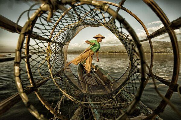 Снимок Fisherman at Inle Lake фотографа из Китая Yinzhi Pan, занявший первое место в категории Under 20 в конкурсе Siena International Photo Awards 2018