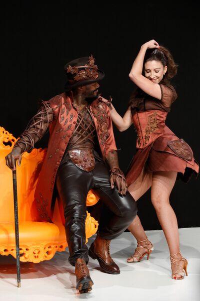 Футболист Джибриль Сиссе и танцовщица Silvia Notargiocomo во время показа моды в рамках шоколадной ярмарки в Париже, Франция. 30 октября 2018 года