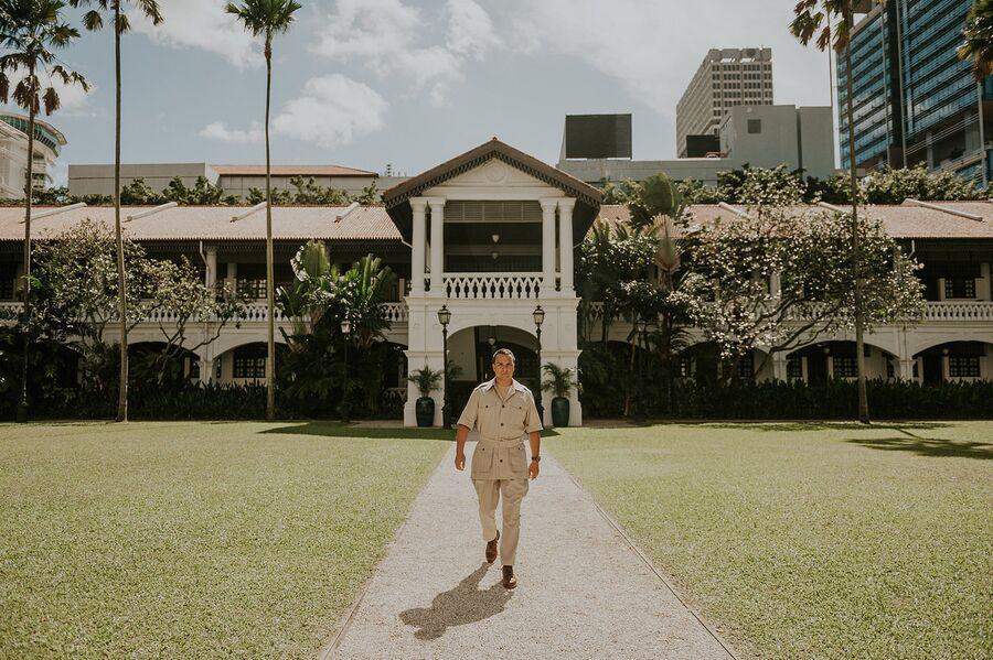 Павел Манылов во внутреннем дворе отеля Raffles Singapore