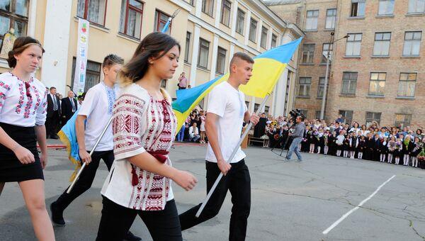 Ученики на торжественной линейке в киевской школе. Архивное фото