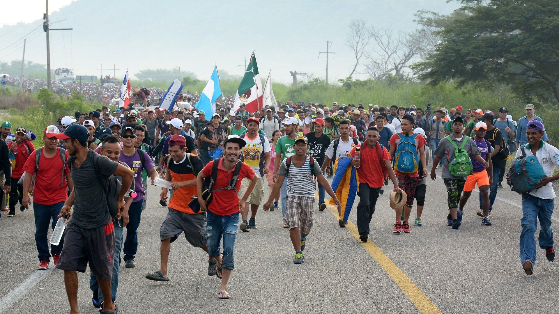 Мигранты из Гондураса, направляющиеся, в составе каравана, по территории Мексики в направлении границы с США. 27 октября 2018 - РИА Новости, 1920, 25.02.2021