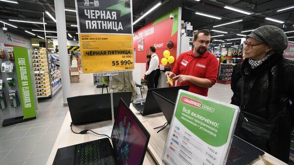 Посетительница в магазине Эльдорадо в Москве