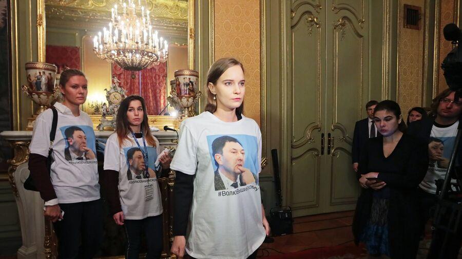 Активистки в футболках в поддержку руководителя портала РИА Новости Украина Кирилла Вышинского в Доме приемов МИД