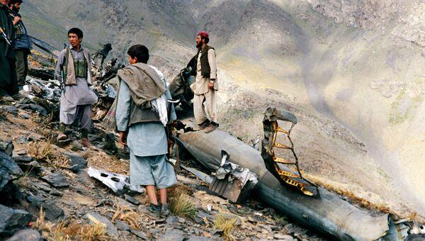 Моджахеды рядом с обломками вертолета, сбитого ПЗРК Стингер в Афганистане