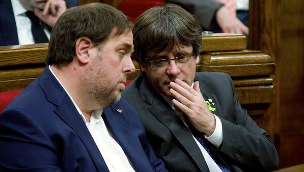 Замглавы женералитета Каталонии Ориол Жункерас и глава женералитета Каталонии Карлес Пучдемон  на заседании парламента Каталонии. 27 октября 2017