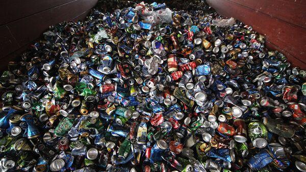 Выгрузка мусора на мусороперерабатывающем заводе