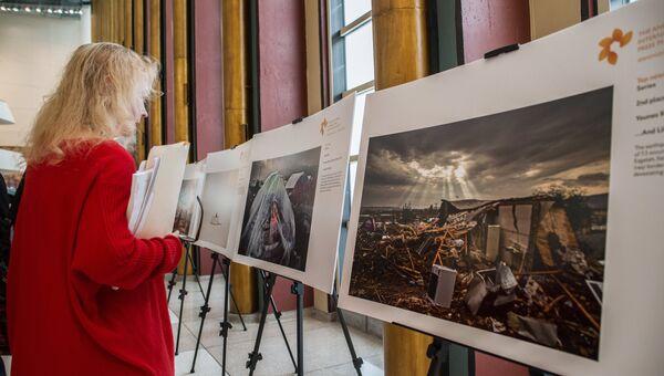 Посетительница на открытии выставки лауреатов Международного конкурса фотожурналистики имени Андрея Стенина-2018. Архивное фото.