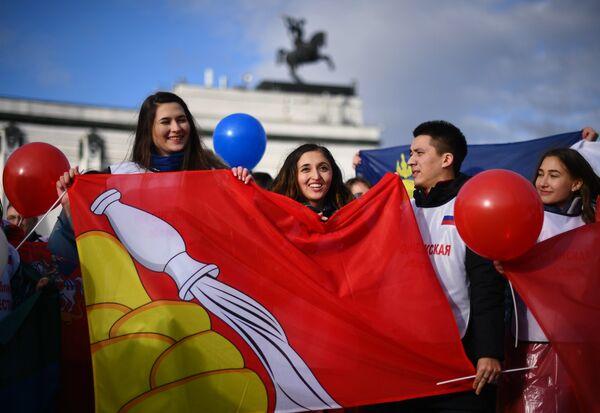 Участники флешмоба, где будут развернуты флаги всех 85 регионов России в честь Дня народного единства на Поклонной горе в Москве