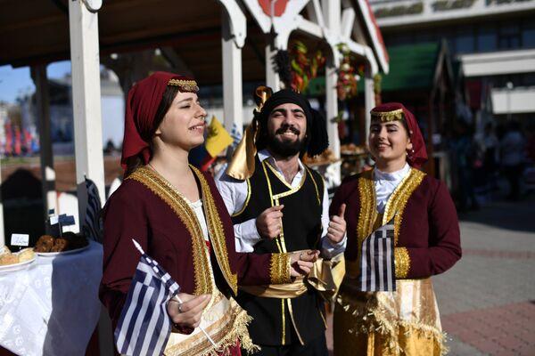 Артисты в национальных костюмах на Праздновании Дня народного единства на площади в Симферополе