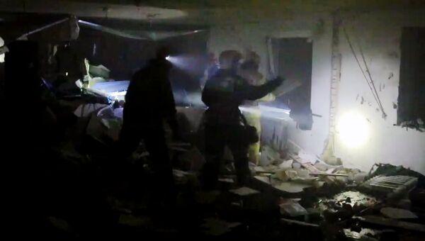 Сотрудники МЧС РФ разбирают завалы на шестом этаже десятиэтажного дома в поселке Пригорское в Смоленской области, где произошел взрыв газа