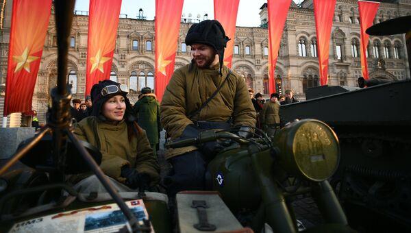 Участники марша, посвященного 77-летию военного парада 1941 года, на Красной площади в Москве