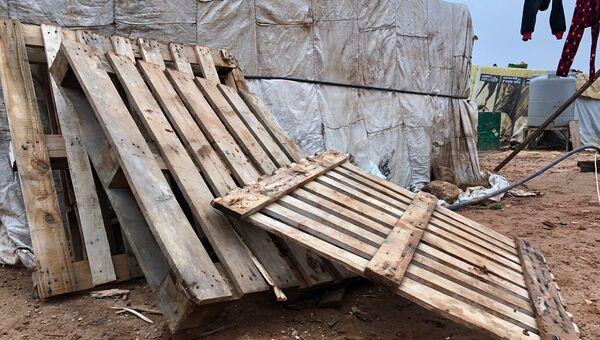 Деревянные поддоны, которые беженцы покупают для отопления