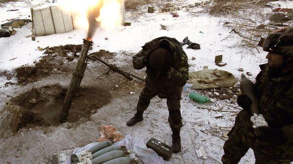 Украинские военные во время стрельбы из миномета