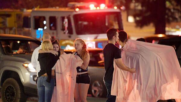 Люди на месте стрельбы в городе Таузенд-Окс в Калифорнии. 8 ноября 2018