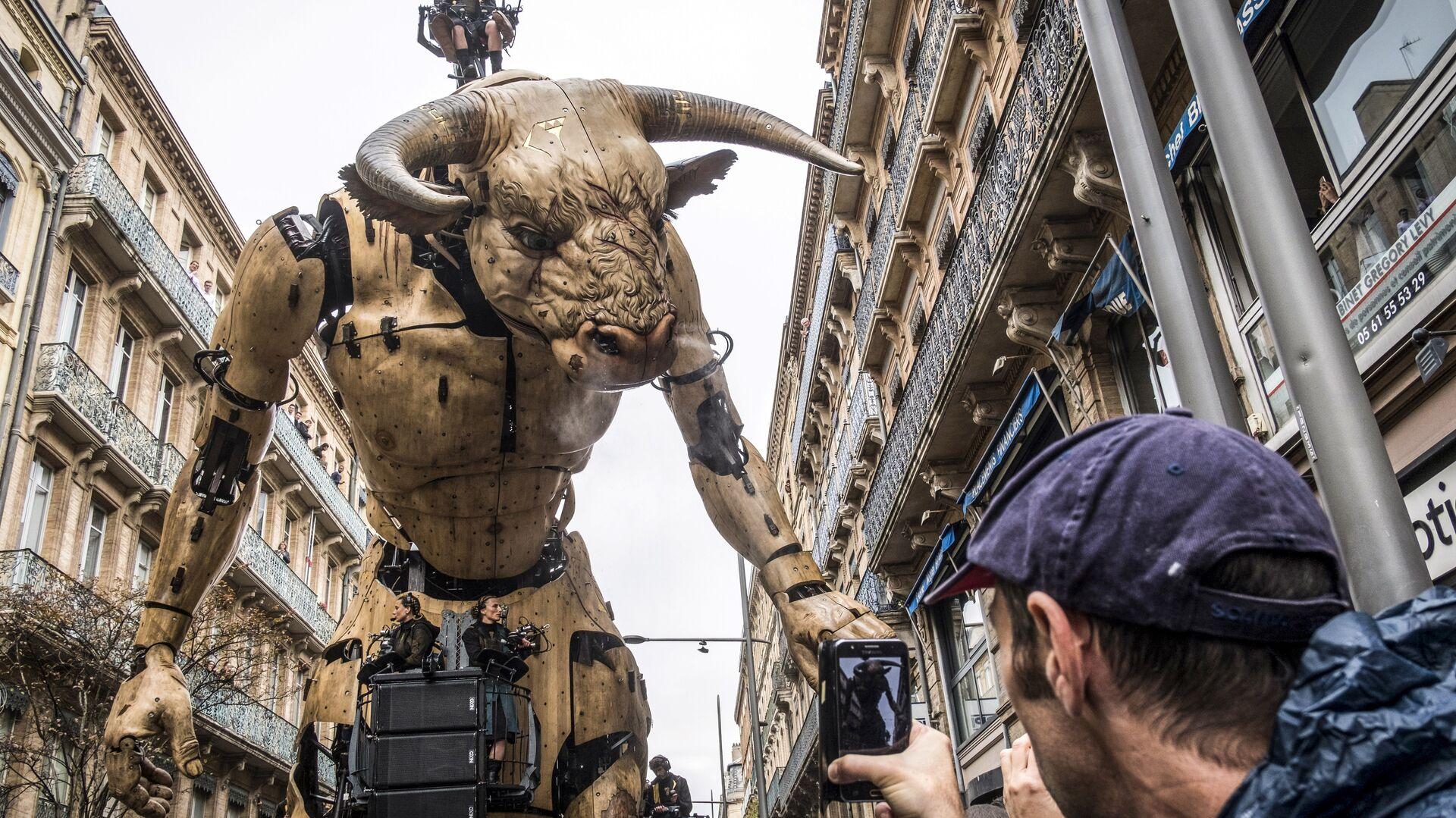 15-метровый Минотавр на улице Тулузы в рамках масштабной выставки - РИА Новости, 1920, 23.03.2020