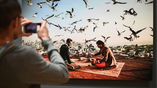 Посетитель на выставке победителей IV международного конкурса фотожурналистики имени Андрея Стенина в Москве
