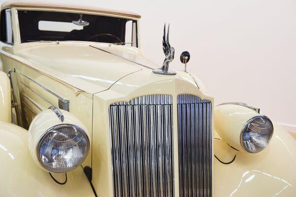 Решетка радиатора на автомобиле Packard V12 Sedan (1937 г.) на выставке Редкие автомобили в ЦДХ