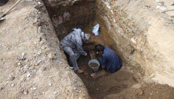 Процесс расчистки погребальных конструкций на территории Ново-Тихвинского женского монастыря, Екатеринбург