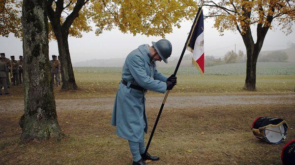 Участник торжественных меропритий, посвященных 100-летию окончания Первой мировой войны, на кладбище Моранж, Франция