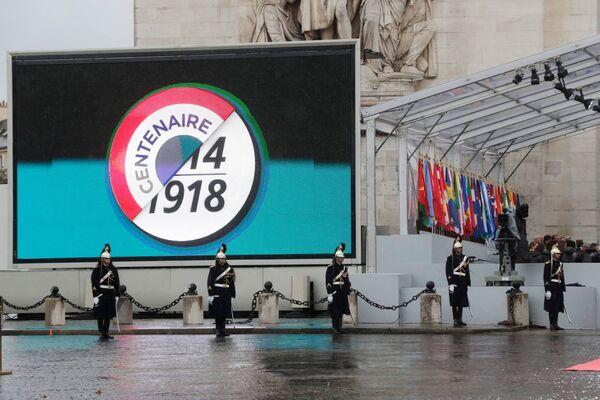 У Триумфальной арки в Париже перед началом мемориального мероприятия по случаю 100-летия окончания Первой мировой войны. 11 ноября 2018
