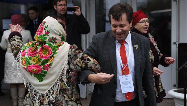 Наблюдатель из Германии Андреас Маурер во время народных гуляний на выборах главы и депутатов Народного совета ДНР у избирательного участка №177 в Донецке